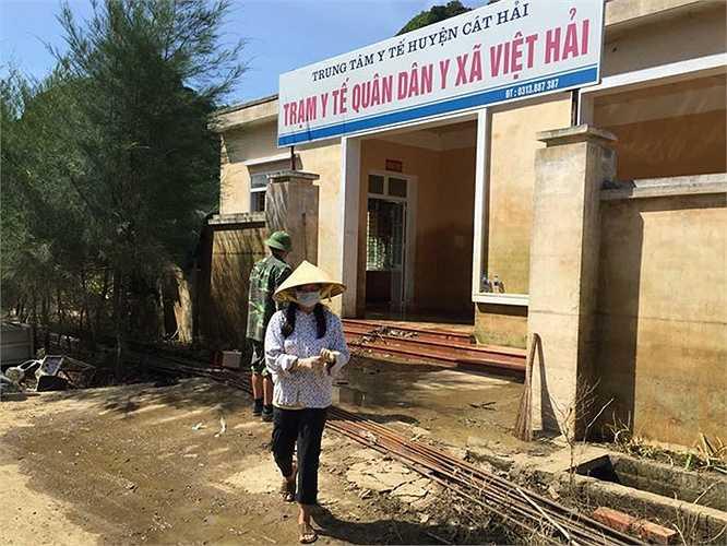 Trạm Y tế quân dân y xã Việt Hải ngập sâu trong nước, bùn đất tống đầy nhà.