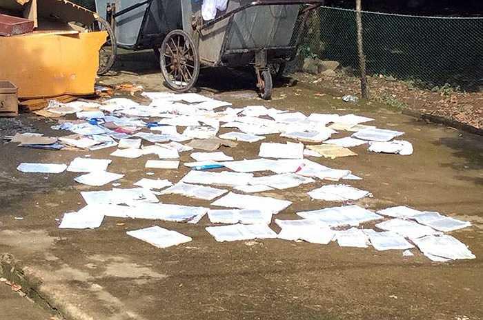 Tài liệu, sách vở đều bị ngâm nước được đem ra phơi nắng.