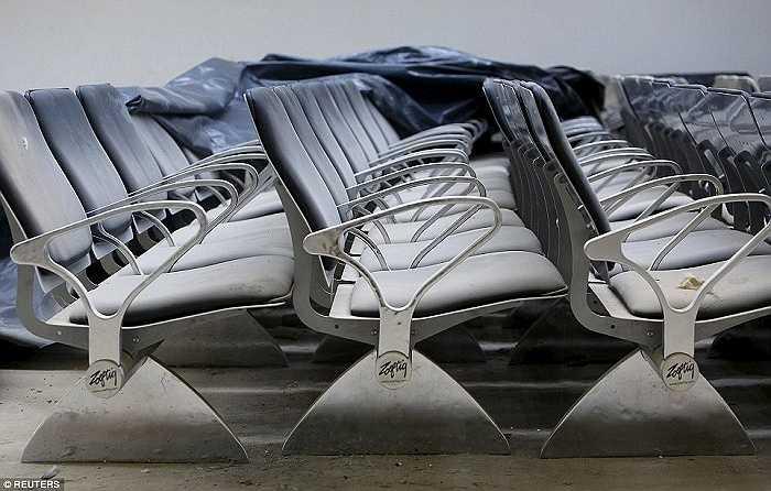Những dãy ghế trong phòng đợi phủ đầy bụi bặm