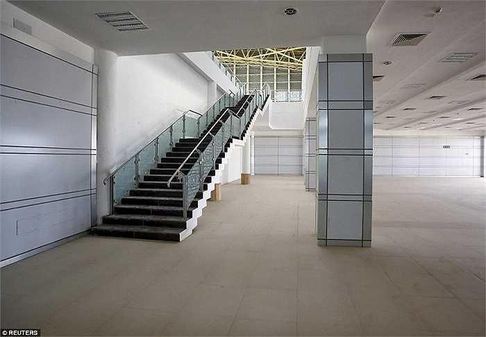 Nhà ga sân bay rộng lớn không bóng người