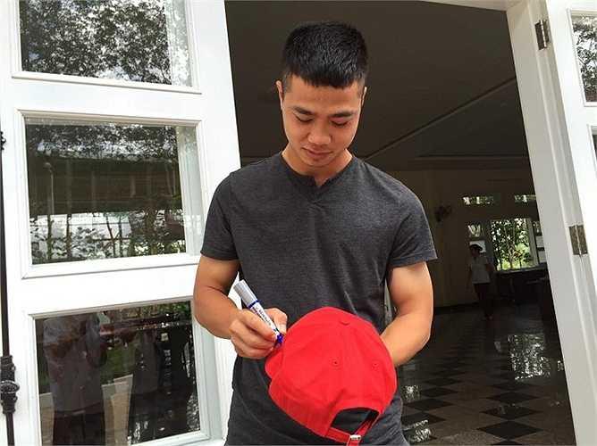 Công Phượng cười tươi ký tặng cho học viên Arsenal Soccer School
