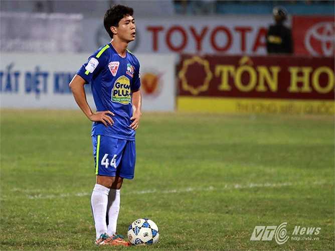 Mái tóc của Công Phượng sau đó còn gọn gàng hơn khi lên tuyển đấu vòng loại U23 châu Á. (Ảnh: Quang Minh)