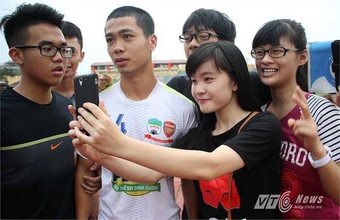 Trở về từ SEA Games 28, ở trận đấu với Hà Nội T&T tại tứ kết Cup Quốc gia, Công Phượng ra mắt đầu cua. (Ảnh: Hà Thành)