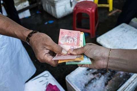 Ringgit Malaysia là một trong những đồng tiền đang chịu áp lực giảm giá mạnh. Ảnh: Business Times