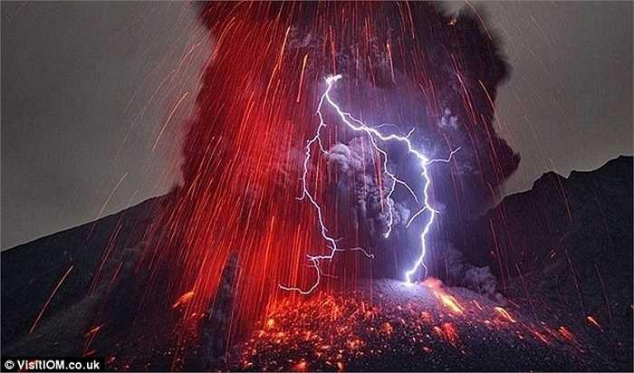 Vệt sét lóe lên trong chùm dung nham núi lửa, tạo nên hiện tượng tĩnh điện