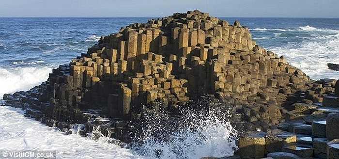 Các cột đá hình thành từ dung nham nguội tạo nên một khối đá khổng lồ bên bờ biển Bắc Ireland