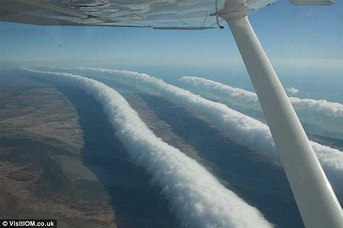 Những dải mây song song kéo dài gần 1km trên bầu trời phía Bắc Australia