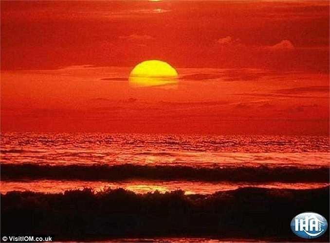 Mặt trời ở khoảng cách xa trong bầu khí quyển, ánh sáng bị tán xạ và chỉ ánh sáng đỏ với bước sóng dài đến được mắt ta tạo nên cảnh hoàng hôn rực lửa