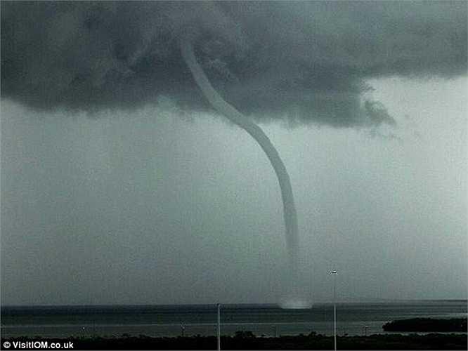 Vòi rồng xuất hiện trong cơn lốc xoáy của một trận giông bão lớn