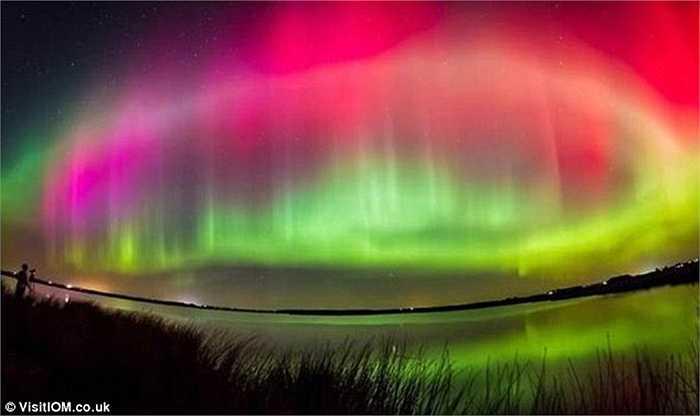 Hiện tượng Northern Lights gây ra bởi các hạt tích điện từ tia vũ trụ