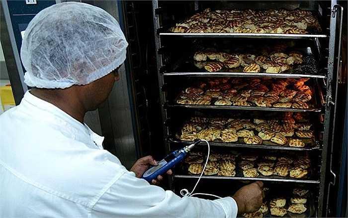 James Griffith, trợ lý phó chủ tịch Emirates Flight Catering giải thích tại sao khu vực sản xuất được phân loại theo vị trí địa lý: 'Hành khách phương tây thì thích thịt là chủ yếu, còn các tuyến phương đông thì chuộng cơm hơn'.