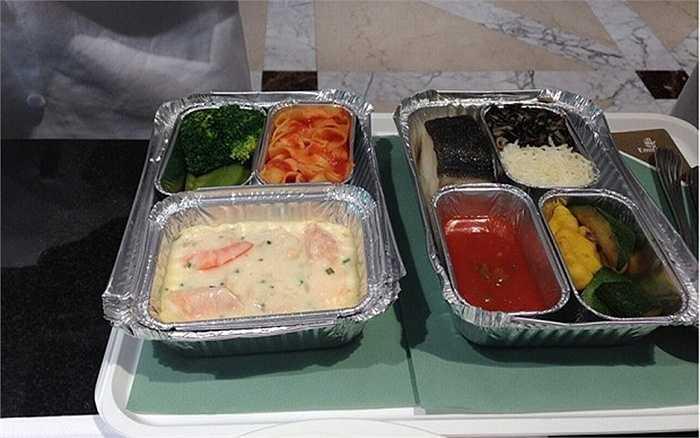 Tất cả các suất ăn đều được nấu và đóng hộp từ mặt đất rồi hâm nóng trên máy bay trước khi phục vụ hành khách.