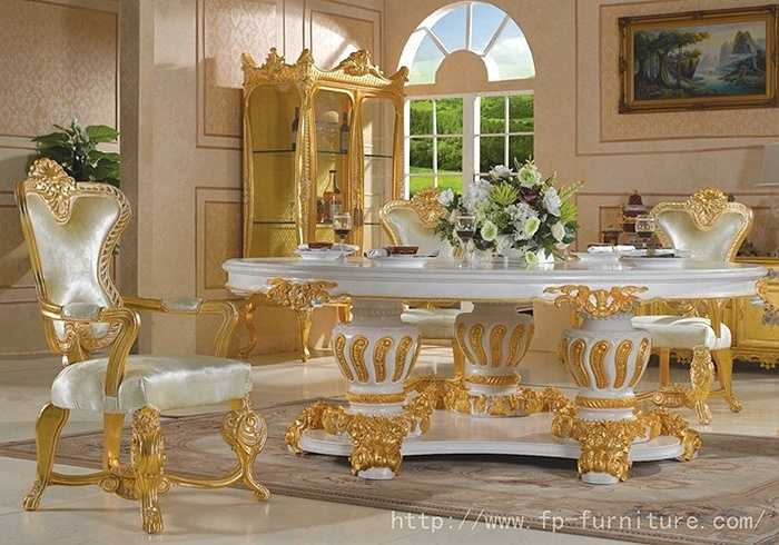Đồ nội thất dát vàng được chế tác cầu kỳ và vô cùng tỷ mỹ nhờ bàn tay của những người thợ thủ công. Trong ảnh là một bộ bàn ghế dát vàng tượng trưng cho sự giàu sang, quyền lực được nhiều đại gia lựa chọn để bày trí trong nhà.