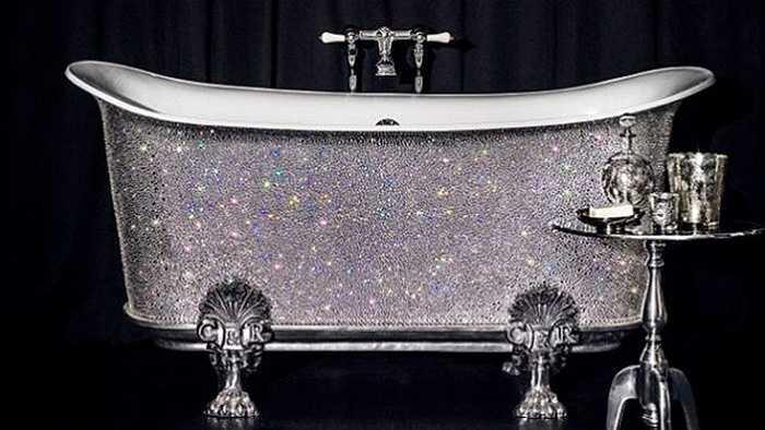 Bên cạnh bồn tắm dát vàng, bồn tắm nạm pha lê cũng được rất nhiều đại gia chịu chi sắm về nhà.