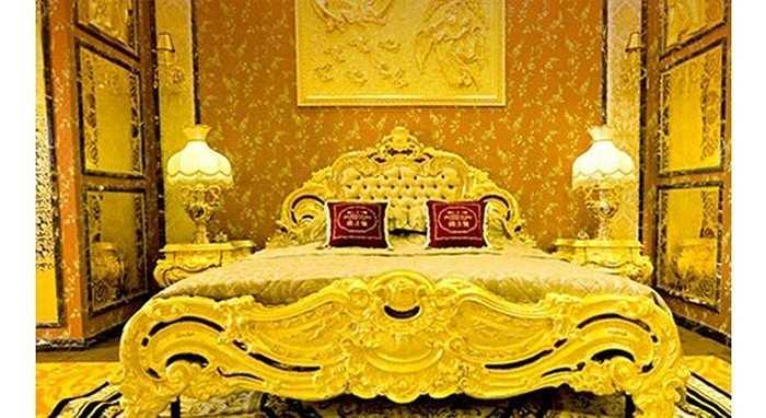 Để có một giấc ngủ như ông hoàng, các đại gia sẵn sàng chi hàng trăm triệu để sắm chiếc giường dát vàng kiểu vua chúa.