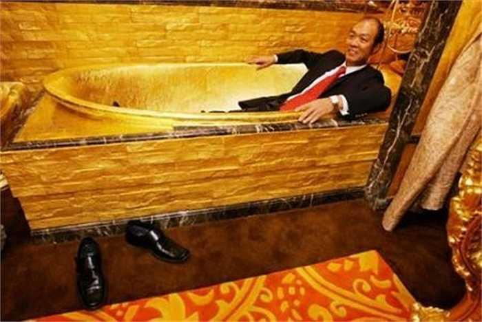 Bồn tắm dát vàng cũng trở thành món đồ nội thất được giới nhà giàu ưa chuộng.