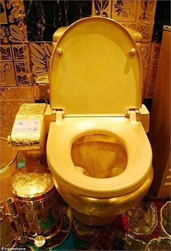 Từ bồn cầu tới giấy vệ sinh, thùng đựng rác cũng được các đại gia dát vàng để dùng.