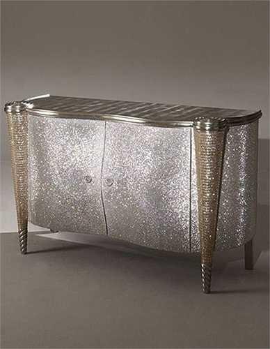 Chiếc tủ đứng nạm pha lê Swarovki được thiết kế độc đáo và ấn tượng.