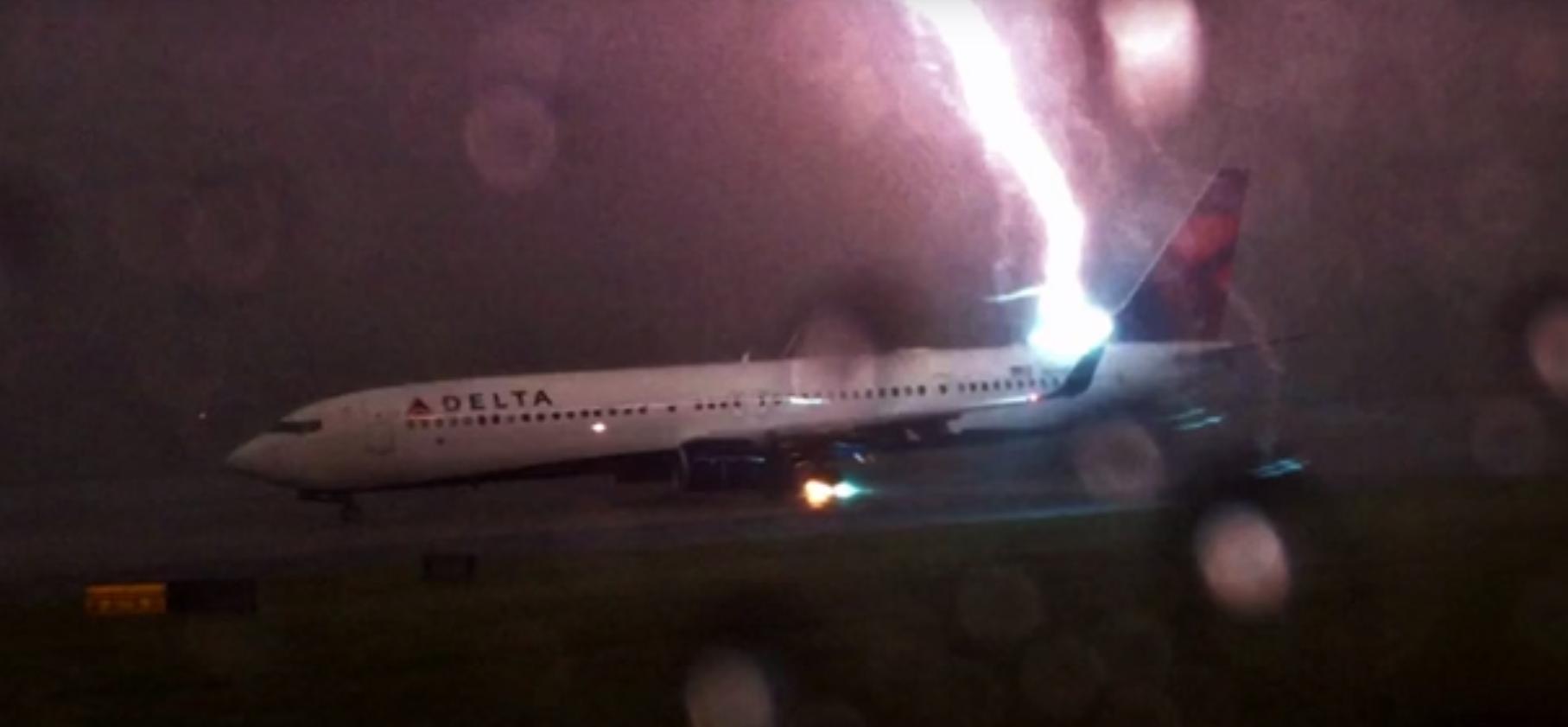 Tia sét đánh thẳng vào máy bay Delta Airlines