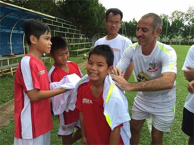Thầy Giôm ký tặng các học sinh của học viện Arsenal Soccer School.
