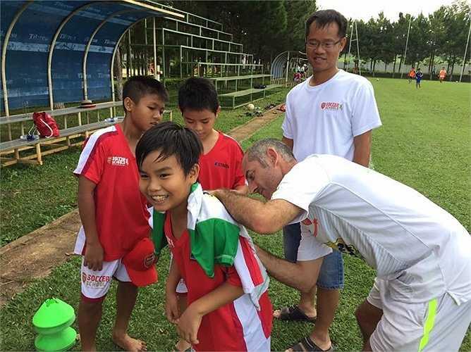 Các học viên nhí tại Arsenal Soccer School đang có chuyến tập huấn tại HAGL