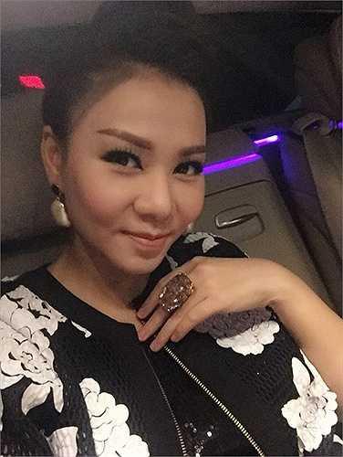 Nhẫn đá cỡ lớn được thiết kế riêng cũng đượcThu Minh chia sẻ trên trang cá nhân khi cô ngồi trên xe di chuyển đến ghi hình chương trình Vietnam Idol.