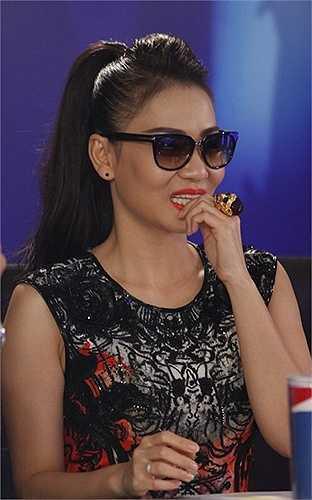 Chiếc nhẫn đầu lâu có kích thước 'khủng' được Thu Minh đeo trong vòng lọai của của chương trình Vietnam Idol 2013.