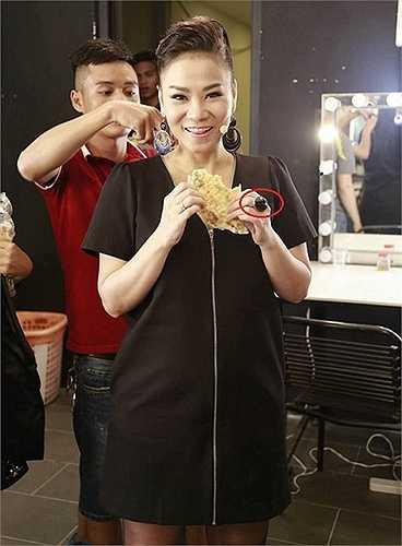 Chiếc nhẫn đính đá đen được Thu Minh đeo trong đêm thi top 7 Vietnam Idol, đánh dấu sự trở lại của giọng ca 'Bay' sau thời gian nghỉ sinh con.