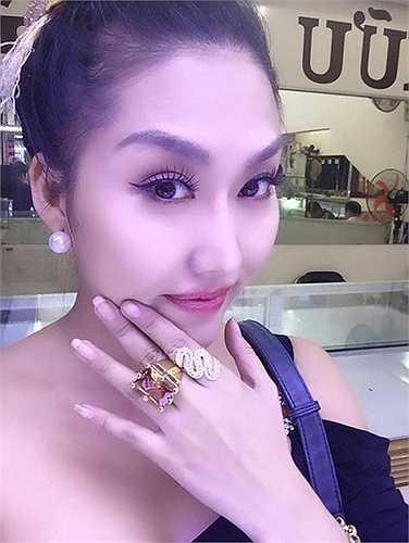 Phi Thanh Vân khoe chiếc nhẫn đá tiền tỉ trên trang cá nhân