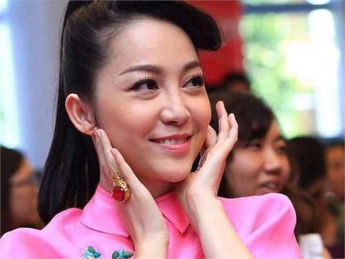 Linh Nga cũng từng gây chú ý khi đeo chiếc nhẫn gắn đá quý cỡ lớn trên ngón áp út bàn tay phải trong buổi họp báo chương trình The Voice nhí - Giọng hát Việt Nhí 2014. Nguồn: Dân Việt