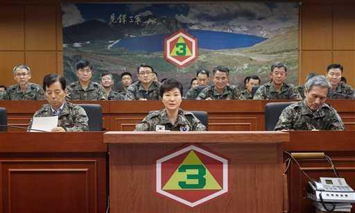 Bà Park Geun-hye mặc quân phục đến thăm Quân đoàn 3
