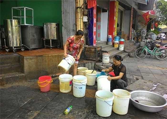 Nhiều ngày nay, tình trạng mất nước sạch đang khiến người dân Hà Nội khốn đốn, mọi sinh hoạt bị đảo lộn. Tình trạng mất nước nghiêm trọng hơn sau sự cố vỡ đường ống dẫn nước sông Đà ngày 13/8.