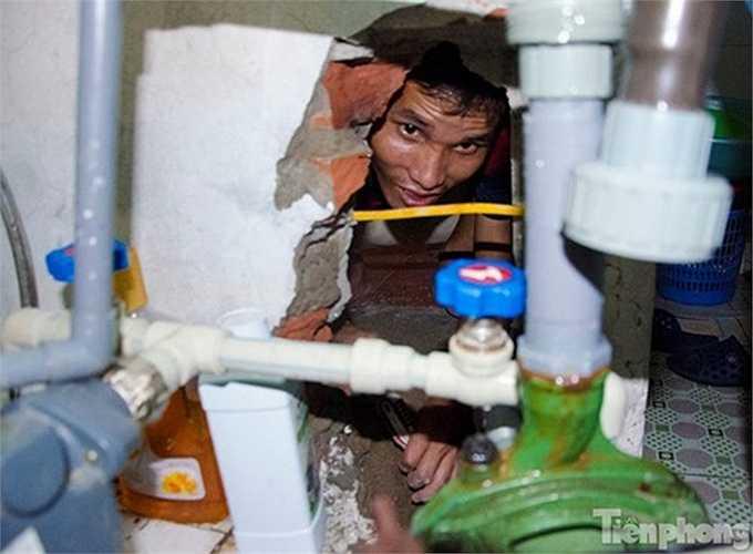 Nhiều gia đình phải nghĩ 'kế' để đối phó với tình trạng thiếu nước liên tục. Trong ảnh, một người thợ đang đục tường, khoan giếng cho người dân ở khu vực Mỹ Đình.