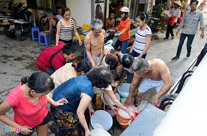 Người dân tập trung lấy nước khi xe bồn chở đến (Hà Minh/Tổng hợp)