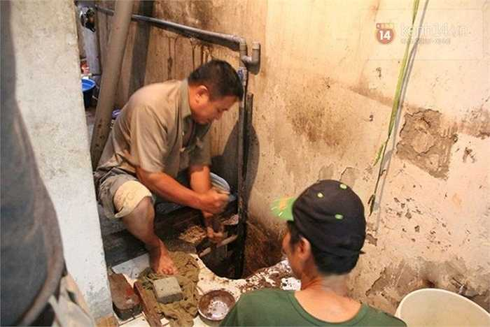 Cảnh khoan giếng không còn hiếm ở Hà Nội trong những ngày vừa qua.