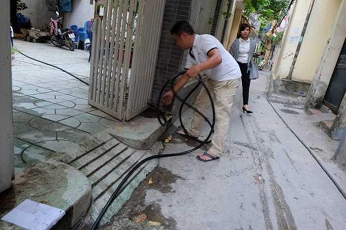 Thậm chí, nhiều người dân phải đầu tư thêm vòi để xin nước giếng khoan từ nhà hàng xóm. Nhiều hộ dân cùng dùng chung nước từ giếng khoan, chia sẻ từng xô nước.