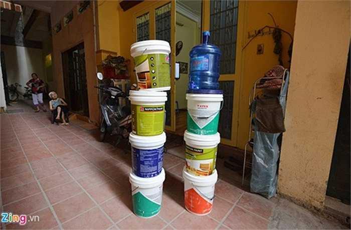 Do tình trạng mất nước kéo dài, người dân chuẩn bị xô chậu để tích nước, đi xin nước ở những khu vực khác.