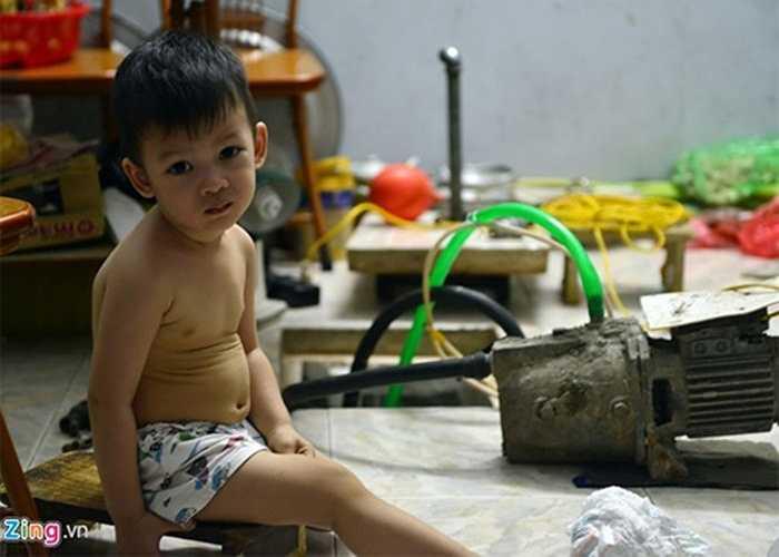 Nhiều gia đình chia sẻ, số nước ít ỏi chỉ dám dùng tắm cho trẻ con. Người lớn phải 'nhịn' tắm dành nước cho việc nấu nướng hằng ngày.