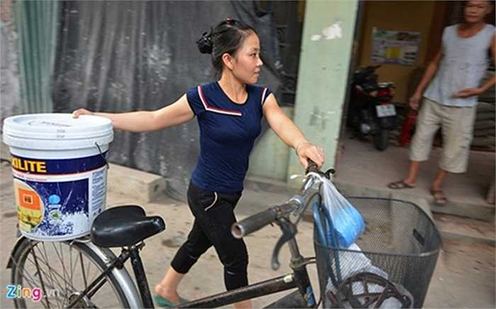Người dân dùng xe đạp đi xin nước từ khu vực khác.