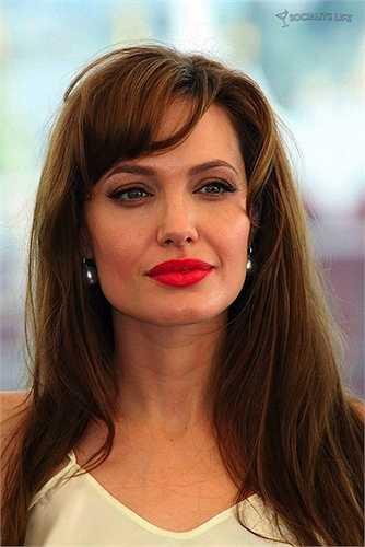 Giờ đây, ở Angelina Jolie toát lên một vẻ gợi cảm rất trưởng thành.