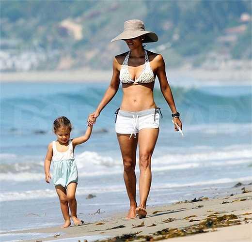 'Miêu nữ' Halle Berry cũng là một bà mẹ nóng bỏng tại Hollywood.