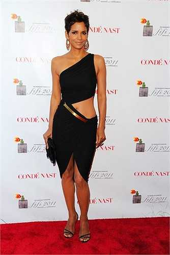 Halle Berry luôn biết tận dụng lợi thế của mình khi diệnnhững bộ trang phục gợi cảm.