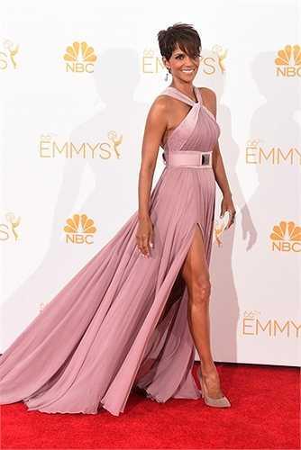 Trên thảm đỏ, Halle Berry luônchọn phong cách lịch thiệp, quý phái.  (Nguồn: Dân Việt)