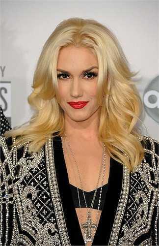 Cô còn sở hữu mái tóc bạch kim tự nhiên hoàn hảo.