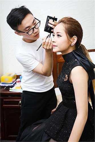 Đôi bạn thân dù tất bật cả ngày với lịch quay chụp nhưng vẫn kịp dành thời gian để chuẩn bị kỹ lưỡng về trang phục, make-up.