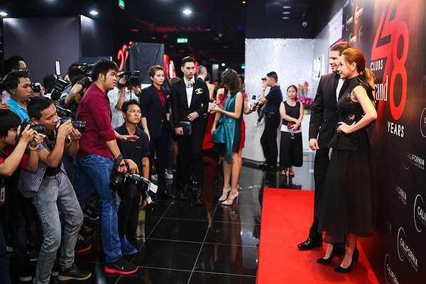 Tại sự kiện, Chi Pu hội ngộ NTK Lý Quí Khánh. Cả hai vừa nhận lời làm giám khảo cho một cuộc thi thời trang trực tuyến.