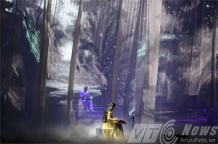 Tấn Minh mở đầu chương trình bằng ca khúc 'Quê hương tuổi thơ tôi' đầy sâu lắng