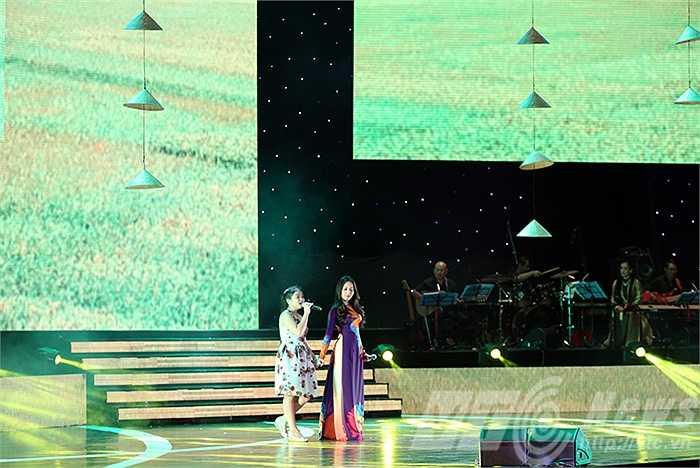 Nguyễn Thiện Nhân- quán quân Giọng hát Việt Nhí 2014 và HLV Cẩm Ly với nhạc phẩm 'Mẹ yêu con'