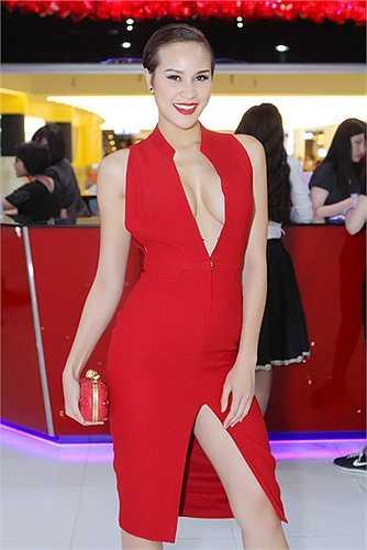Hai chiếc váy cựu siêu mẫu chọn để xuất hiện trong sự kiện đều tôn lên những đường cong quyến rũ của cơ thể.