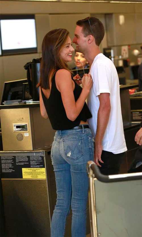 Miranda Kerr quấn quít với người tình tại sân bay
